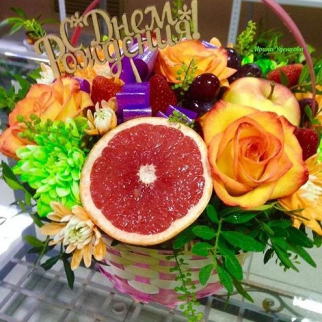 Корзинка с цветами и фруктами